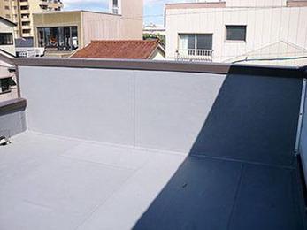 屋上の防水層の剥離やヒビ・笠木の劣化など、丁寧に補修、防水工事をしていただきました。
