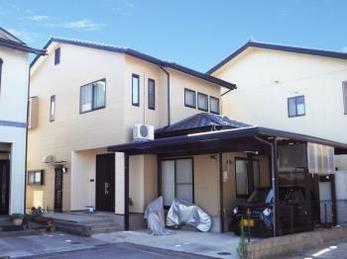 玄関部分は天然石風のグラナートSPを使用し、高級感のある仕上がりになりました。